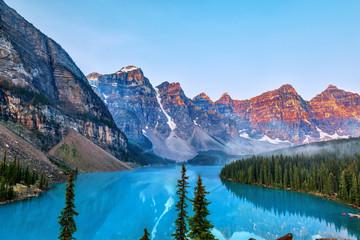 Wschód słońca nad kanadyjskimi Górami Skalistymi w Moraine Lake w Kanadzie