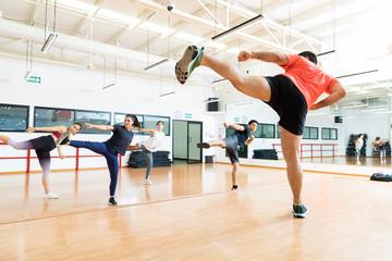 Instruktor i klienci Kickboxing w klasie tańca na siłowni