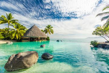 Basen bez krawędzi ze skałami palmowymi, Tahiti, Polinezja Francuska