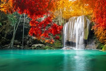 Niesamowite piękno przyrody, wodospad w kolorowym lesie jesienią