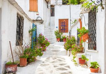 Sceniczna ulica z starymi domami w Anafiotika w Plaka okręgu, Ateny, Grecja