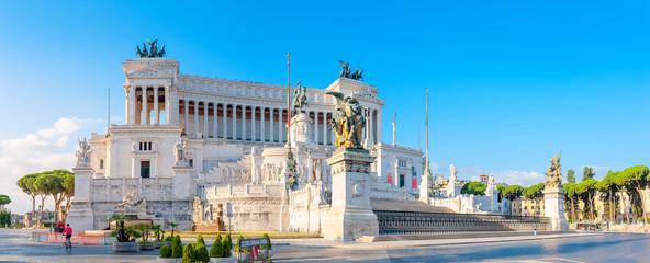 Panoramiczny Pomnik Wiktora Emanuela II w Venezia Squara o wschodzie słońca. Rzym, Włochy