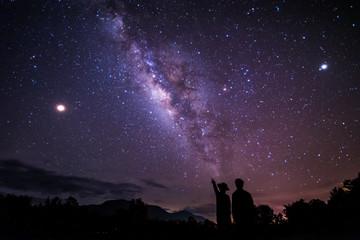 Nocne niebo gwiazd z mlecznej na tle góry