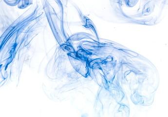 Błękita dym na białym tle