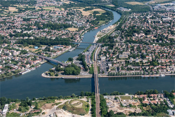 vue aérienne de la ville de Conflans-Sainte-Honorine dans les Yvelines en France