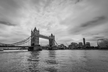 Szeroki kąt widzenia Tower Bridge w Londynie w Wielkiej Brytanii w trybie monochromatycznym. Fotografia czarno-biała.