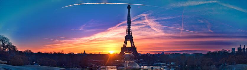 Niesamowita panorama Paryża bardzo wcześnie rano, w tym Wieża Eiffla