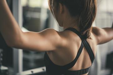 kobieta ćwiczy budowanie mięśni przy gym