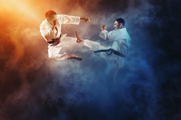 Dwóch mężczyzn walczących w karate