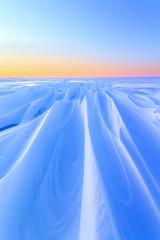 jasny zimowy poranek krajobraz / miękkie wymienne ciepłe promienie słoneczne ciepło
