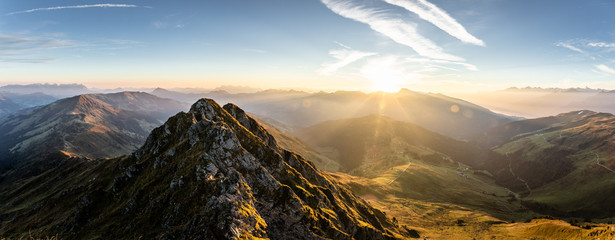Bergpanorama im Sommer beim Sonnenaufgang