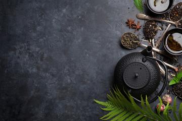 Różne herbaty i czajniczek. Herbata czarna, zielona i czerwona