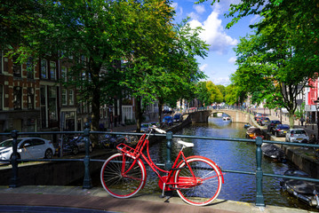 アムステルダムの河辺の自転車