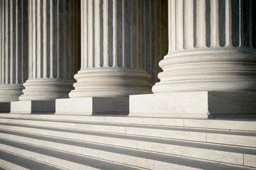 Abstrakcyjny widok neoklasycznych karbowanych kolumn, podstaw i stopni budynku Sądu Najwyższego USA w Waszyngtonie