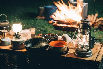 焚き火と夜のキャンプ風景