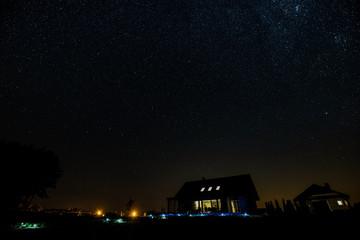 nocne niebo nad budynkami