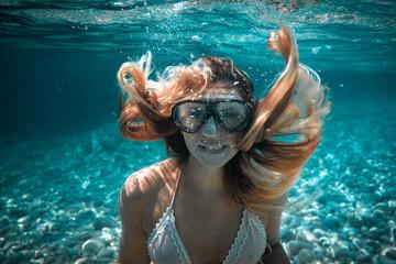 Piękna kobieta z długie włosy podwodnym portretem w tropikalnym morzu