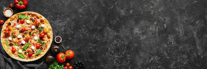 Włoskiej pizzy i pizzy kulinarni składniki na czerni betonują tło. Pomidory na winorośli, mozzarellę, czarne oliwki, zioła i przyprawy. Skopiuj miejsce na tekst. Skład bannera