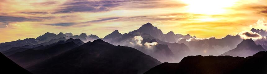 Schweizer Berge bei Sonnenuntergang