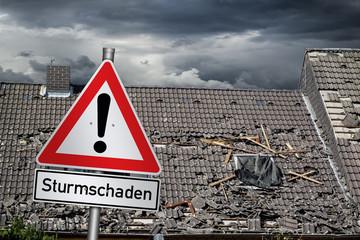 Uwaga burzy szkody znak ostrzegawczy przed zniszczonym zakrywającym dachowym burzy katastrofy naturalnej burzy pojęcia tłem