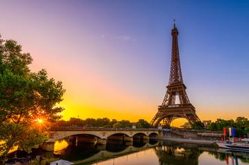 Widok wieża eifla i rzeczny wonton przy wschodem słońca w Paryż, Francja. Wieża Eiffla jest jedną z najbardziej charakterystycznych atrakcji Paryża