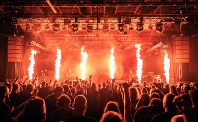Koncert, zdjęcie zostało wykonane podczas koncertu zespołu metalowego