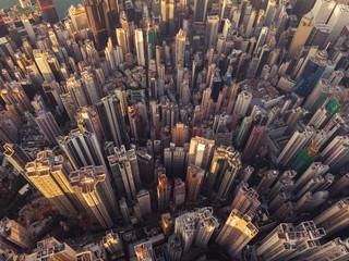 Widok z lotu ptaka Hong Kong śródmieście. Dzielnica finansowa i centra biznesowe w inteligentnym mieście w Azji. Widok z góry wieżowca i wieżowców.