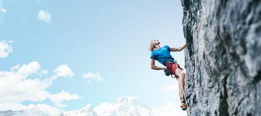 wspinaczka skałkowa. wspinacz człowiek wspinaczka trudną trasę na skalistej ścianie