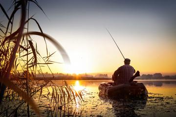 Wędkarstwo. Zachód słońca nad jeziorem.