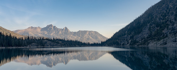 Colchuck Lake na pierwszy rzut oka w The Enchantments, Washington.