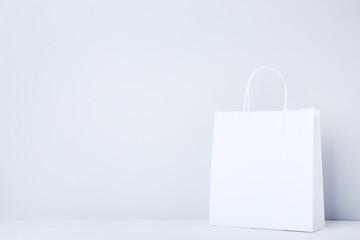 Papierowy torba na zakupy na szarym tle