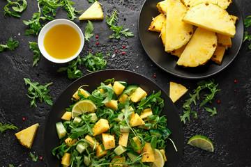 Sałatka ananasowo-ogórkowa z dziką zieloną rukolą, limonką i oliwą z oliwek. Zdrowe soczyste jedzenie