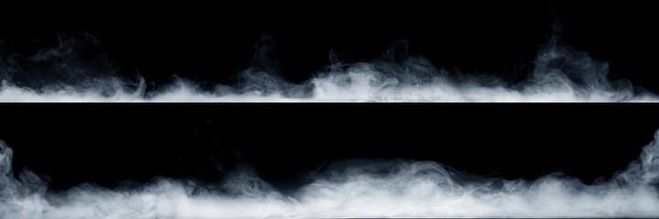 Panoramiczny widok streszczenie mgły lub dymu ruchu na czarnym tle. Białe tło zachmurzenia, mgły lub smogu.