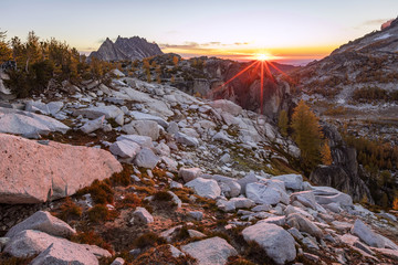 Kolory jesieni w Enchantments, Waszyngton, USA.
