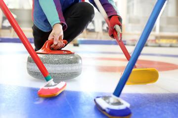 Curling na lodzie. Drużynowa rozgrywka curlingu.