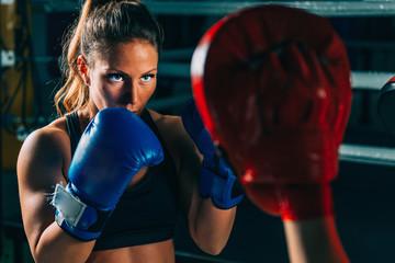 Kobiety na treningu bokserskim
