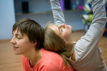 Dwie kobiety tańczą taniec improwizacja kontaktowa
