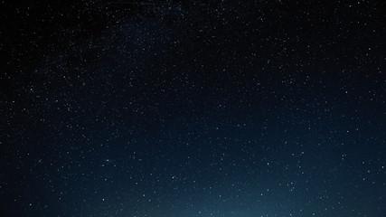 Nocne niebo z gwiazdami i galaktyką w przestrzeni kosmicznej, tło wszechświata