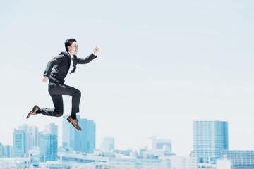 勢い良くジャンプする男性(ビジネスイメージ)