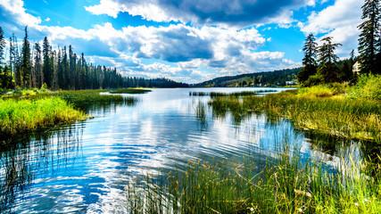 Niebo odbija w Lac Le Jeune - Zachodni jezioro blisko Kamloops, kolumbiowie brytyjska, Kanada