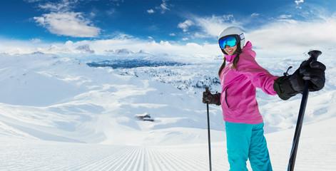Narciarz młoda kobieta kaukaski w Alpach europejskich
