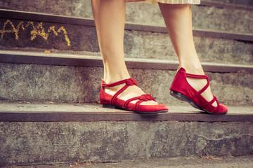 femme aux chaussures rouges