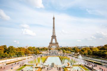 Widok na wieżę Eiffla z fontannami w świetle dziennym w Paryżu