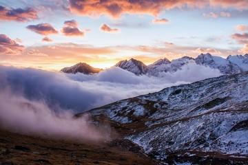 Wielki widok mgłowa dolina w Gran Paradiso parku narodowym, Alps, Włochy, dramatyczna scena, piękny świat. kolorowy jesienny poranek, malowniczy widok z pochmurnego nieba, majestatyczny świt w górskim krajobrazie