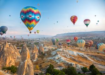 Balon na gorące powietrze lecący nad Kapadocją, Turcja