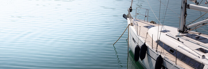 Nowoczesna, elegancka i luksusowa łódź żaglowa; koncepcje stylu życia i podróży