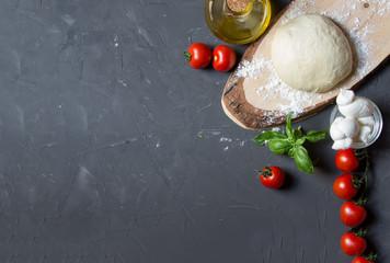 Składniki pizzy na szarym tle z miejsca kopiowania, po lewej stronie możesz umieścić obraz lub napis