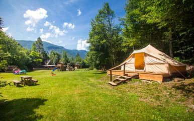 Namiot rodzinny w ekologicznym kurorcie Adrenaline Check w Słowenii.