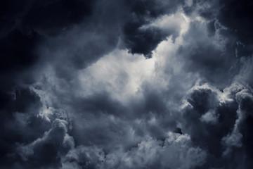 Ciemne burzowe chmury burzowe. Złowieszcze ostrzeżenie.