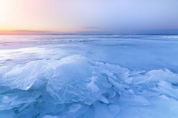 świt nad zamarzniętym brzegiem jeziora / w kierunku słońca